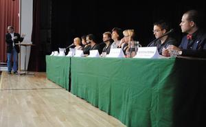 Moderator Anders Eklund ledde debatten mellan elever och politiker.