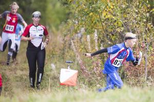 Löparna i lördagens Loffelunken vid Spikbodarna var rekordmånga. Här stormar bland andra H12-löparen Björn Rönnestrand, Frösö IF, mot mål.