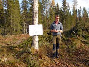 Henrik Mild visar arbetsmönster vid Risa rätt.