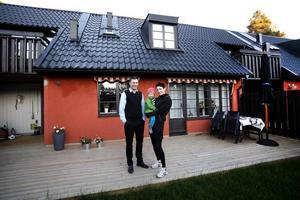 HAR ALLT. Anna och Mattias tycker att deras radhus har allt de behöver - i all fall för ett barn till. Tre rum en trappa upp. Två rum och kök en trappa ner. Och trädgård och bakgård de når från både vardags- och badrummet.