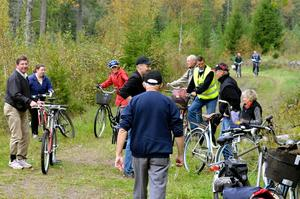 Cykeltåg. Deltagarna på den historiska cykelturen har nått lastplatsen, Höjen.