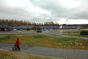 RONDELL? En rondell vid infarten mot centrum och ny infart till stationen är planen. Den gamla infarten till södra parkeringen stängs och ersätts av en ny, och 272:an avsmalas.Foto: Josefin Nygren