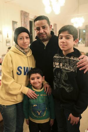 Rena Shalate med sin familj Ali Gareeb, Yazan Gareeb och Yosif Gareeb. De har varit i Lillhärdal i en månad.