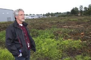 Vi var tvungna att ta ner skogen. Trädens rötter skulle inte ha klarat trycket från de massor vi lägger på utan hade dött i alla fall, säger Håkan Hultgren.