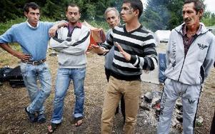 Bulgariska bärplockare har slagit läger i skogarna i Smedjebackens kommun. Från vänster: Bogislav Stojanov, Sevdalin Sergeev, Emil Marinov, Julian Xpuob och Atanas Tokarov. Foto: Peter Ohlsson