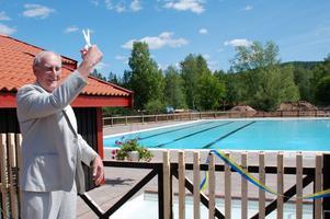 Invigt. Kommunalrådet hans Jonsson klippte bandet för nya Enåbadet.