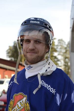 Falu BS-kaptenen Emanuel Sundqvist ser framemot kvalet.