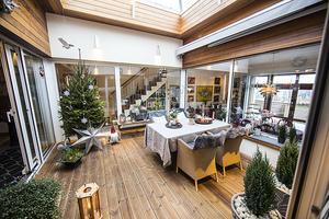 Eva dekorerar uterummet efter årstiden. Just nu är det juldekorationer som gäller.