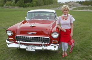 Iréne Pettersson med sin Chevrolet Bel Air, 1955.