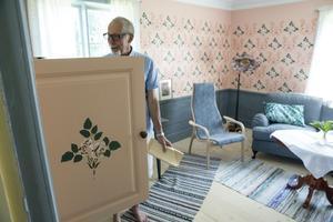 Tv: n har gömts bakom luckor för att inte störa intrycket i vardagsrummet.