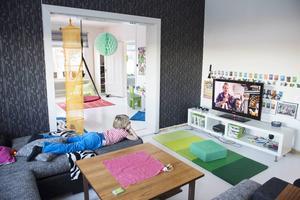 Barnens stora vardagsrum är både en plats att ta det lugnt eller härja fritt i. Axel passar på att varva ner.