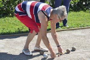 Mariann Persson, lagledare i Näsvikens lag, håller koll på centimetrarna.