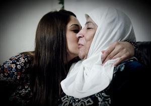 Cherin Izoli kämpar för att mormor Falak Mustafa Jonou ska få tillbringa sina sista år i Bollnäs, där alla hennes nära och kära bor sedan många år.