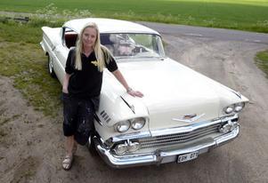 Mia Holm med sin Chevrolet Impala Sport Cupé, 1958.