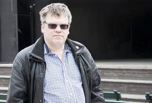 Roger Johansson (S) är ordförande i Sundsvalls arbetarekommun, förklarar att S i Ångermanland är bättre på att rekrytera medlemmar än S i Medelpad.
