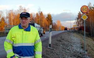 P-O Persson är i likhet med Bertil Östlund glad över att hastigheten förbi Högberget nu sänkts och att det inte inträffat någon allvarlig olycka under den tid som en högre hastighet varit tillåten. Foto: Kent Olsson/DT