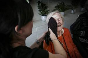 Sigrid Spångberg får hjälp av Therese Norbäck att torka av ansiktsmasken med en varm handduk.– Är handuken för kall? undrar Therese.Men Sigrid hon sluter sina ögon och njuter förnöjsamt.