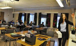 Erika Svensson lärare i franska vid Hansåkerskolan i Stugun är tveksam till regeringens förslag om ett elfte skolår i grundskolan.