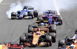 Marcus Ericsson tvärnitar och väjer åt sidan i ett rökmoln för att inte krascha i starten av Ungerna Grand Prix i Budapest.