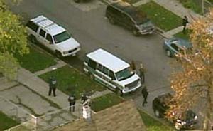 En ung pojkes kropp hittades i en vit bil (övre på bilden) som eftersökts sedan i fredags i samband med morden på skådespelerskan Jennifer Hudsons mamma och bror.