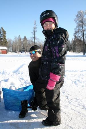 Klara Fange, åtta år, får hjälp med skridskorna av pappa Peter.Foto: Ingalill Forss Norberg
