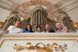 Organiserar sig för orglar. Olle Larsson, kyrkoherden Anna-Lena Norén, organisten Masako Karlsson, Björn Hasselberg och Tommy Henriksen är alla glada för att årets kulturstipendium på 5000 kronor från Rotary Ljusdal går till restaurerandet av kyrkans orglar.