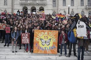Studenter samlades med plakat och flaggor för att demonstrera i Providence, Rhode Island.