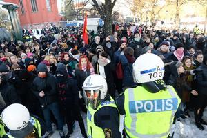 Polisen höll undan motdemonstranter när Nordiska motståndsrörelsen i november samlades för sin demonstration i Kungsträdgården för att gå till Mynttorget i Stockholm under lördagen.