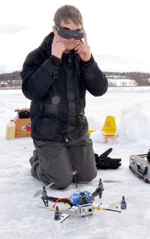 André Romsi från Säter och Södra Dalarnas Radioflygklubb, visade upp sin Quad-kopter (ser ut som en oljeplattform) som han kan sitta inomhus och styra med hjälp av videoglasögon och en kamera på flygdonet.
