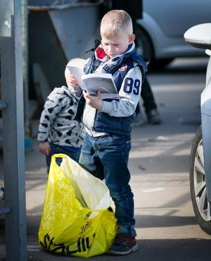 Lektyr. Dennis Ek passar på att läsa i en manual innan även den går till återvinning.