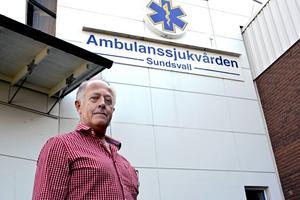 Ambulanssjukvårdaren Erik Öhlén gör sin sista arbetsdag den sista augusti. Tio ambulanssjukvårdare sägs upp i personalbristens Landstinget Västernorrland.