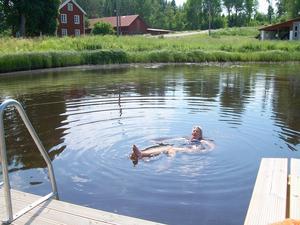 En underbar dag med minst 24 grader varmt i vattnet. Karbennings  badplats ligger strategiskt mitt i Karbenning by.