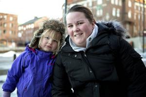 Alicia Jönsson, 3 år, och Jessica Jonsson, Östersund– Föräldrarnas inställning till godis och att borsta tänderna är jätteviktig. Det är ju vi som ska föra det vidare till barnen, säger Jessica.– Vi äter bara godis på lördagar, men nu när vi firade jul blev det lite extra, säger hon.