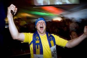 Så här glad blev Pelle Westerlund från Bjästa när Zlatan sköt Sverige till seger i premiärmatchen.
