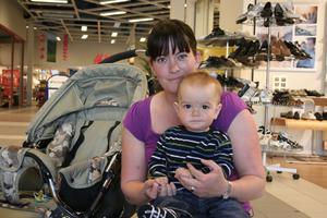 Lina Ramquist med sonen Oscar, tio månader, som enligt uppgift är ganska lättroad.