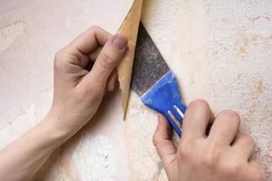 En tapetflik som har lossnat kan man lätt limma på igen. Känns hela tapeten ofräsch är det bättre att måla om. Ljust och fräscht går alltid hem!