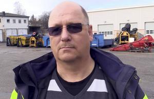 Sonny Andersson är vägingengör på Sundsvalls kommun och förklarar varför det är tydligare skyltning i år om dammbindningen.