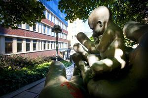 Ettåringen har blivit vanvårdad enligt läkaren som undersökte henne vid senaste omhändertagandet. På bilden Anton Forsbergs skulptur omhändertagen.