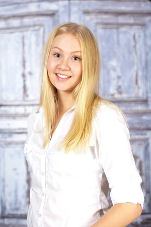 7. Malin Jonsson. Bor i Duvberg. 17 år. Studerar andra året på samhällsprogrammet. Gillar att sjunga och resa. Visste ni inte om mig: Har ibland sina ögon öppna när hon sover.