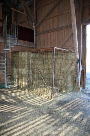 Bakom galler. Höstölderna resulterade i nya balningsrutiner och hö bakom lås och bom.