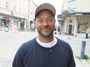 Tomas Höglund, 43 år, Sundsvall, försäljare:– Man önskar sig ofta det man själv brukar ge bort – i mitt fall en dyr flaska vin. Det är sällan man unnar sig det själv, så i stället för att ge mig något som jag ändå aldrig kommer att använda är en flaska vin perfekt.