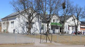 Myrbacka skola saknar utrymningsvägar och brandcellsindelning i samtliga lokaler. Där har jävsnämnden beslutat att det inte får bedrivas någon verksamhet efter 15 juni om inte bristerna åtgärdas.