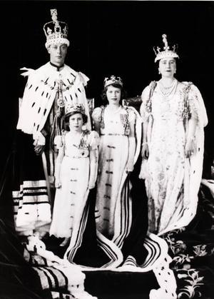 Familjebild när pappa kröntes 1931. Kung George VI har just blivit krönt och poserar med sin fru nyblivna drottningen Elizabeth, samt döttrarna prinsessan Elizabeth och prinsessan Margaret. Föga anade den elvaåriga Elizabeth att hon 14 år senare själv skulle bli regent.