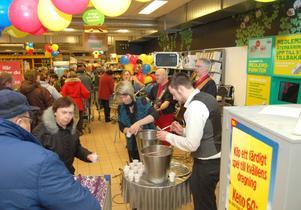 I entrén till butiken bjöds kunderna på bål och levande musik av Kritzers.
