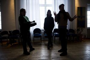 ETTAPUFF:I höstas drog Örnsköldsviks folkhögskola igång sin distansutbildning i postproduktion av film. Onsdag-torsdag den här veckan är kursdeltagarna på plats i Örnsköldsvik för att se sin skola och prova på att filma själva.
