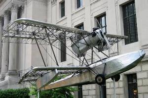 På framsidan av The Franklin Institut kan besökarna beskåda den flygande båten BB-1 Pioneer, vars ram konstruerades helt i rostfritt stål av företaget Budd Company och som flögs första gången 1931, men eftersom rostfritt stål inte ansågs vid den tidpunkten vara så praktiskt, byggdes det bara ett exemplar av detta flygplan.                                Foto: Seved Johansson