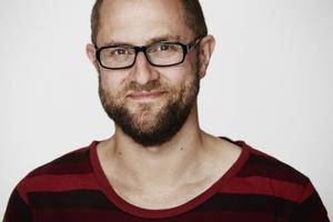 Anders Duus, själv från Åmål, har funderat mycket på hur platsen man kommer från prglar ens identitet. I helgen har hans pjäs