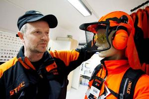 """""""Arbete med motorsåg är landets förmodligen farligaste arbete"""", säger Mats Hallqvist som i tors- dags kväll gav goda råd om hur man kan undvika olyckor i skogen.   Foto: Henrik Flygare"""