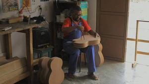 Rold Johansson berättar om hur fantastiskt det var att med egna ögon se hur en gitarr byggs från grunden.