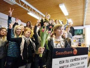 Hela klass sex på Gullhedskolan jublar över att klasskompisen Martin Eriksson vunnit första pris i en fototävling . Nu får alla först äta tårta och sedan se fram emot det andra priset, vårens resa till Kolmården.